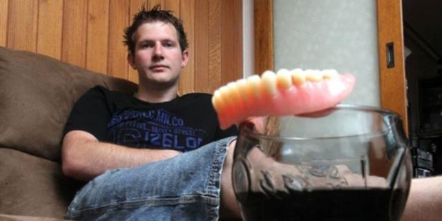"""25-erių metų vaikinui, kuris per dieną išgerdavo 8 litrus """"Coca Cola"""", iškrito visi dantys"""