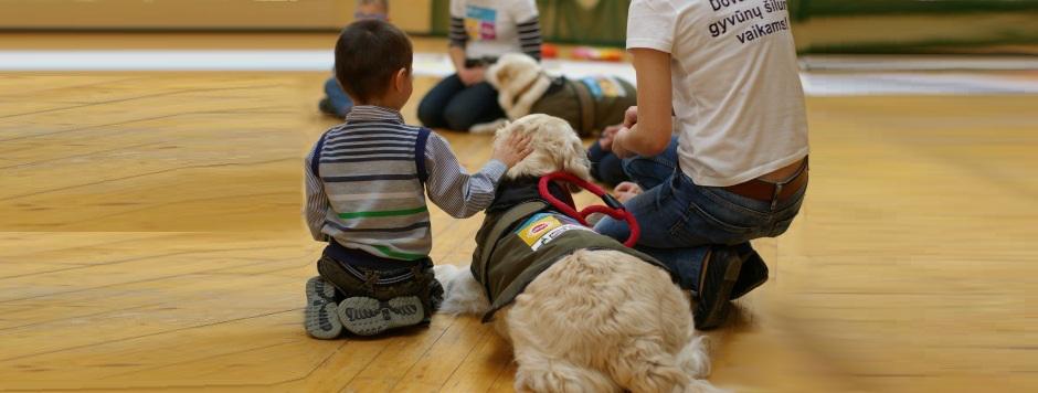 Kaniterapiniai šunys ugdo vaikų pasitikėjimą savimi