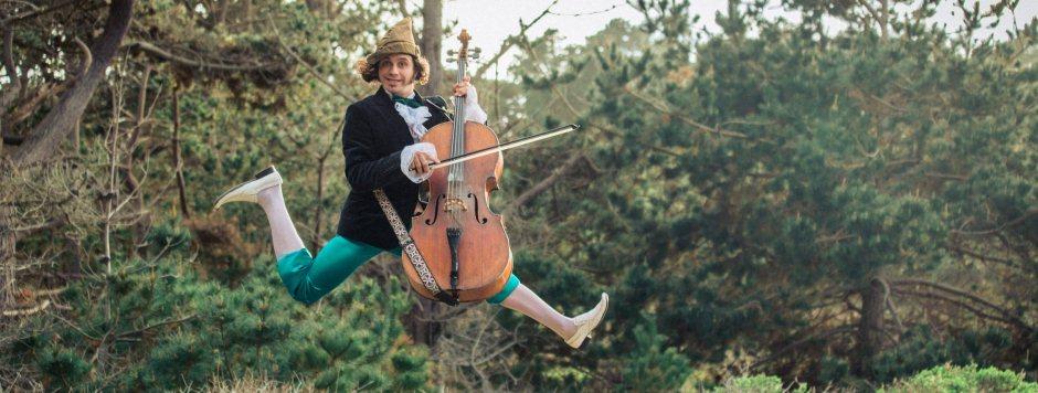 Kartą Rushadas Eggleston'as grojo solo pakibęs žemyn galva ant lynų, visai kaip Piteris Penas